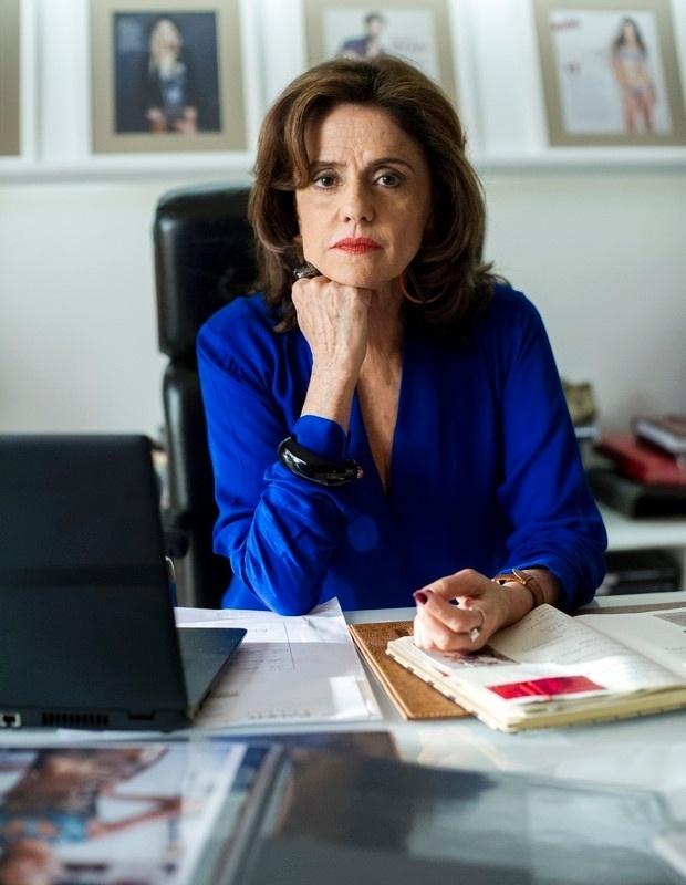 """Fanny, interpretada por Marieta Severo em """"Verdades Secretas"""", da Globo, é dona da agência de modelos onde se passa boa parte da trama da novela. Sua personalidade forte e poderosa é impressa em seus looks exibidos na telinha"""