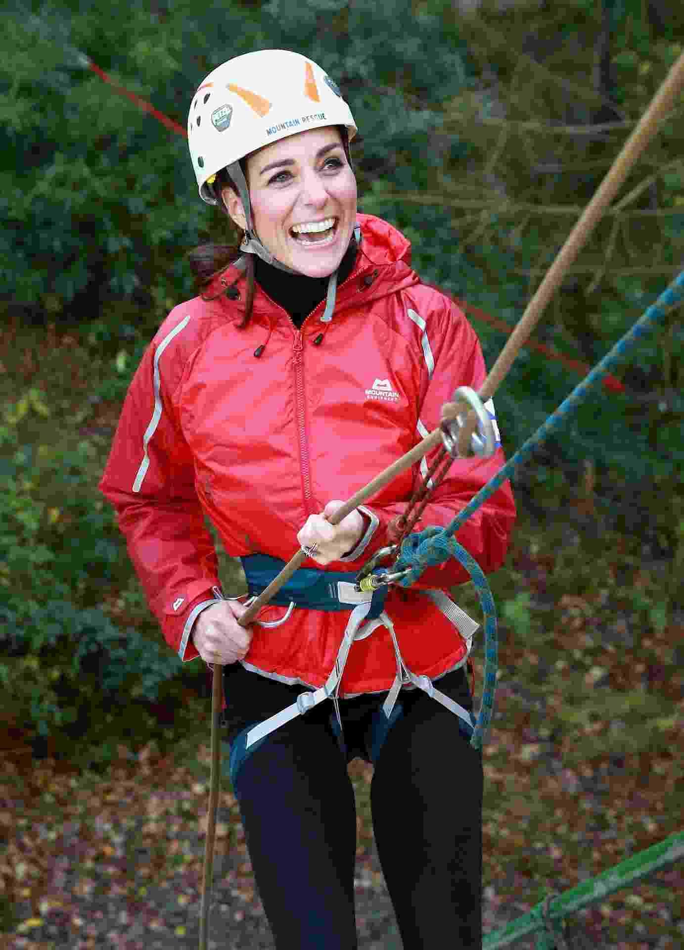 20.nov.2015 - Kate Middleton pratica rapel durante visita do casal real britânico a instituições de caridade da região norte do Reino Unido - Getty Images