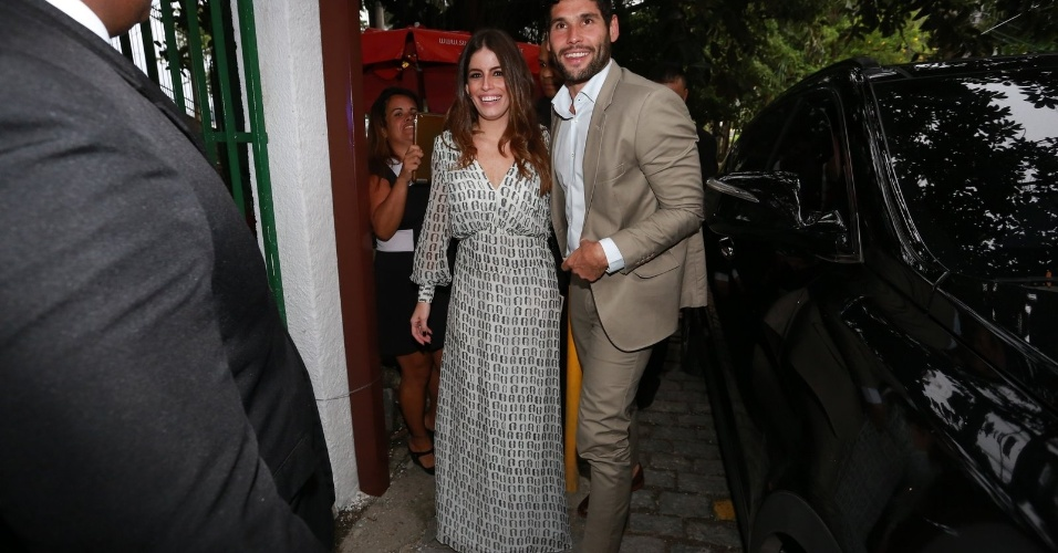 6.dez.2015 - O ator Dudu Azevedo chega acompanhado pela namorada, Fernanda Mader, ao casamento de Sophie Charlotte e Daniel de Oliveira
