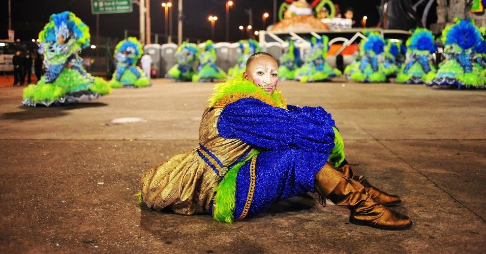 6.fev.2016 -Integrante da escola Unidos de Vila Maria descansa na dispersão do desfile na madrugada deste sábado