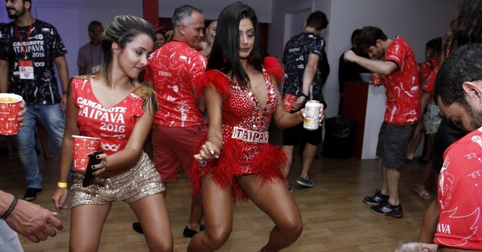 7.fev.2016 - Com vestidinho curto, Aline Riscado dança até o chão em camarote da Sapucaí