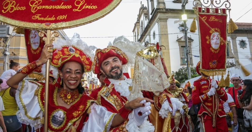 8.fev.2016 - O bloco lírico O Bonde desfila pela ruas do Recife antigo