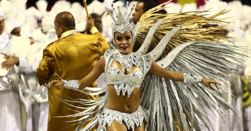 9.fev.2016 - A rainha de bateria Raphaela Gomes vem à frente da percussão durante o desfile na madrugada desta terça-feira