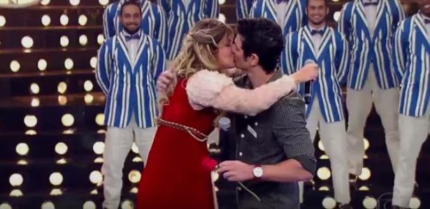 """Mariana Santos beija o marido Rodrigo Velloni no palco do """"Amor e Sexo"""" - Reprodução/TV Globo"""