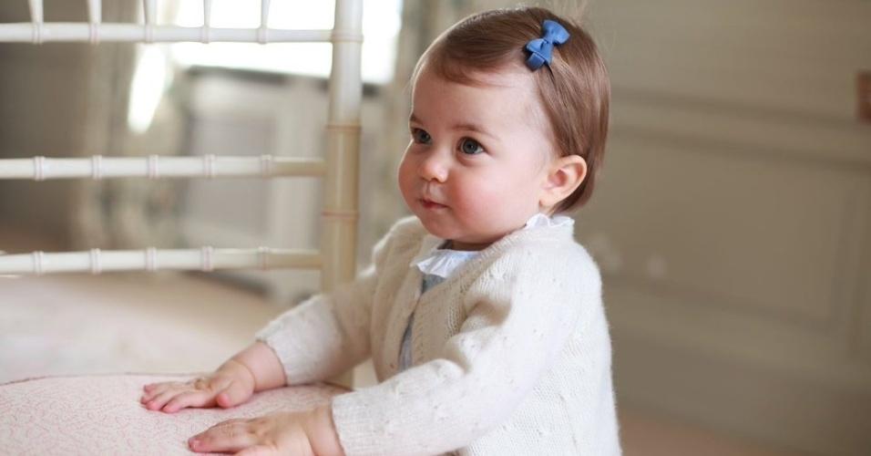 1.mai.2016 - Em comemoração ao primeiro aniversário da princesa Charlotte, Kate e William divulgaram novas fotos de sua filha mais nova, que nasceu em 2 de maio de 2016