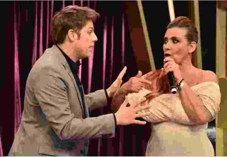 """17.out.2016 - Após se sentir ofendida com brincadeira, Rita Cadillac volta ao """"Programa do Porchat"""" e faz as pazes com Fábio Porchat - Reprodução /TV Record"""