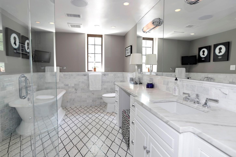 Casa do Obama - Em branco e cinza, o banheiro de Michelle Obama é o sonho de muitas mulheres: além do chuveiro, há uma confortável banheira. A mobília é ampla e oferece, além de armários e gavetas, uma bancada de mármore e espelhos