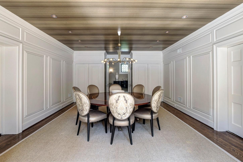 Casa do Obama - Um dos espaços mais discretos da casa que abrigará a família Obama, a sala de jantar conta com mesa redonda para oito lugares. Os detalhes do ambiente fazem a diferença, como o revestimento amadeirado do forro e as