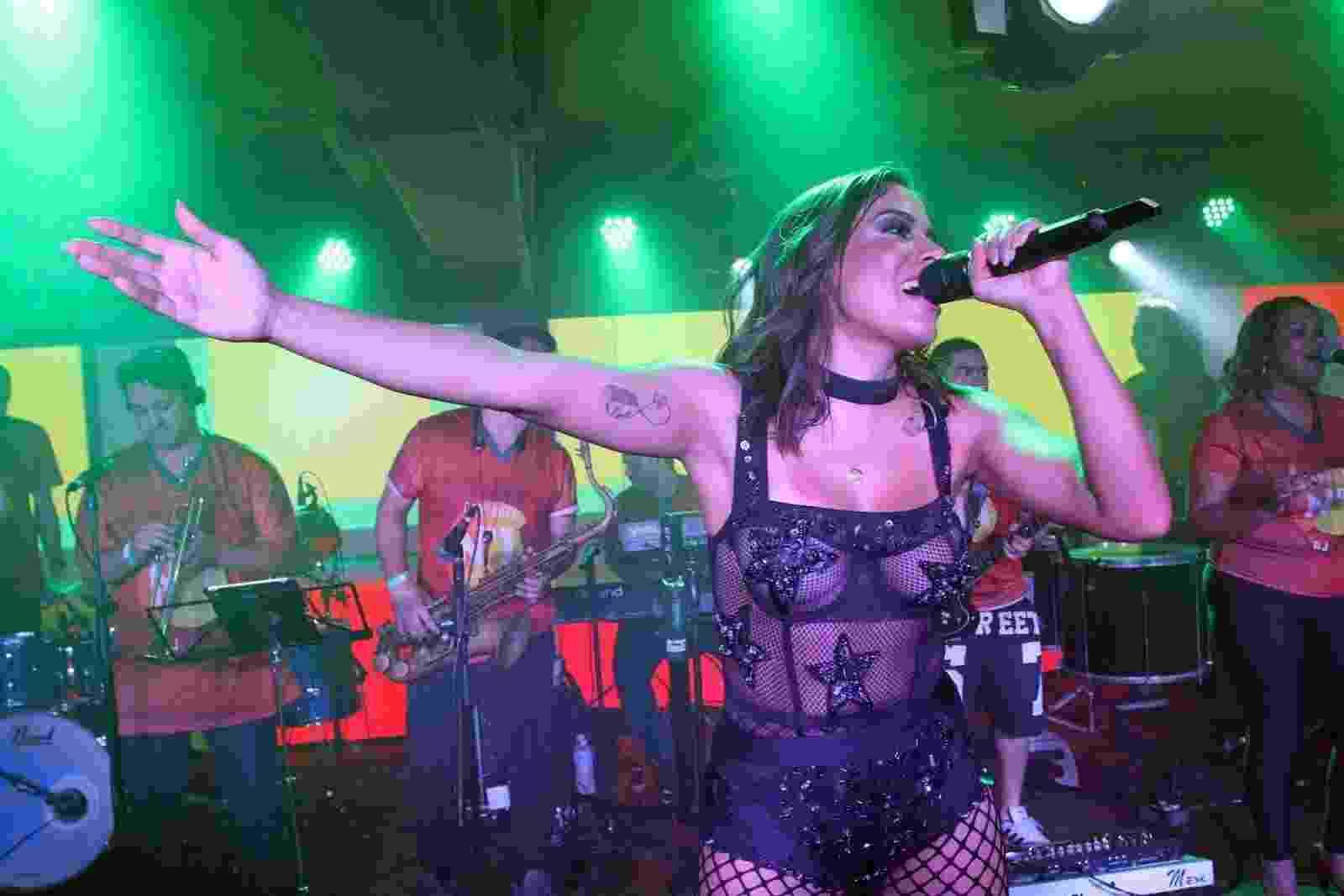 4.mar.2017 - Anitta se apresenta durante o Desfile das Campeãs do Rio no camarote N1, na Sapucaí - Thyago Andrade/Brazil News