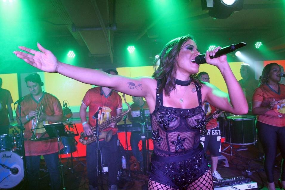 4.mar.2017 - Anitta se apresenta durante o Desfile das Campeãs do Rio no camarote N1, na Sapucaí