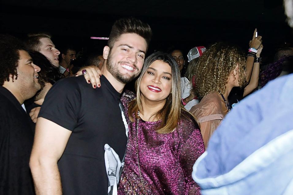 Preta Gil e o marido Rodrigo Godoy curtem juntos o show no Vivo Rio