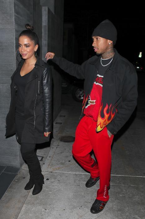 Anitta e o rapper Tyga chegam juntos ao badalado restaurante Nobu, em Los Angeles