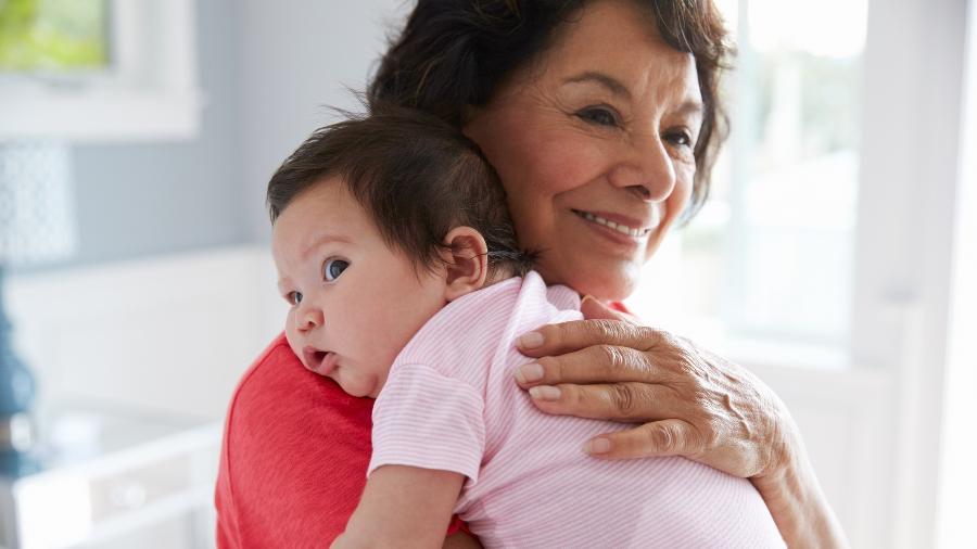 Avós precisam se atualizar nos cuidados com os netos - Getty Images
