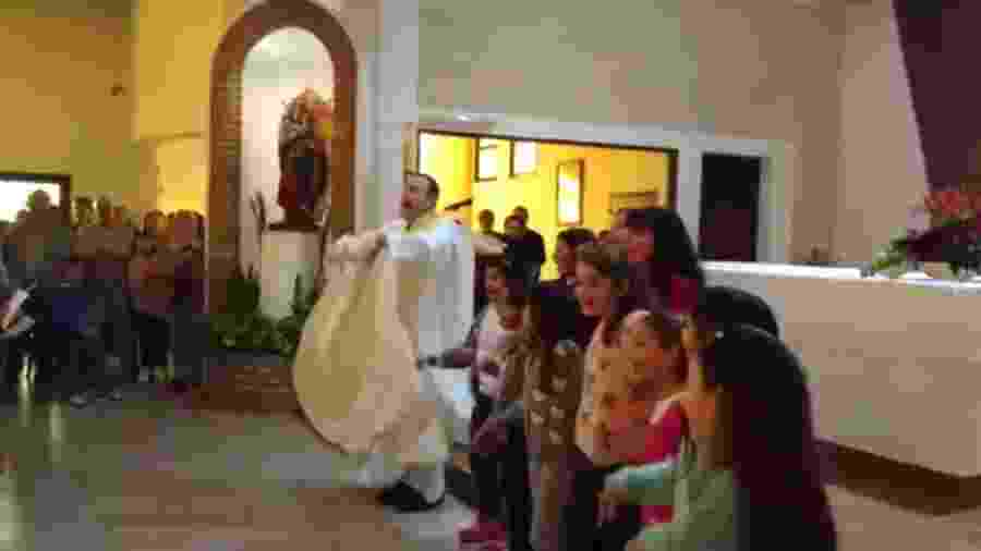 """Padre Gabriel Ghione canta sua versão religiosa de """"Despacito"""" - Reprodução"""