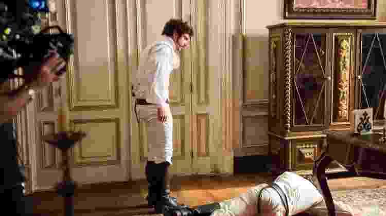 """Joaquim (Chay Suede) cai no chão após levar um soco de Dom Pedro (Caio Castro) em """"Novo Mundo"""" - Raquel Cunha/TV Globo - Raquel Cunha/TV Globo"""