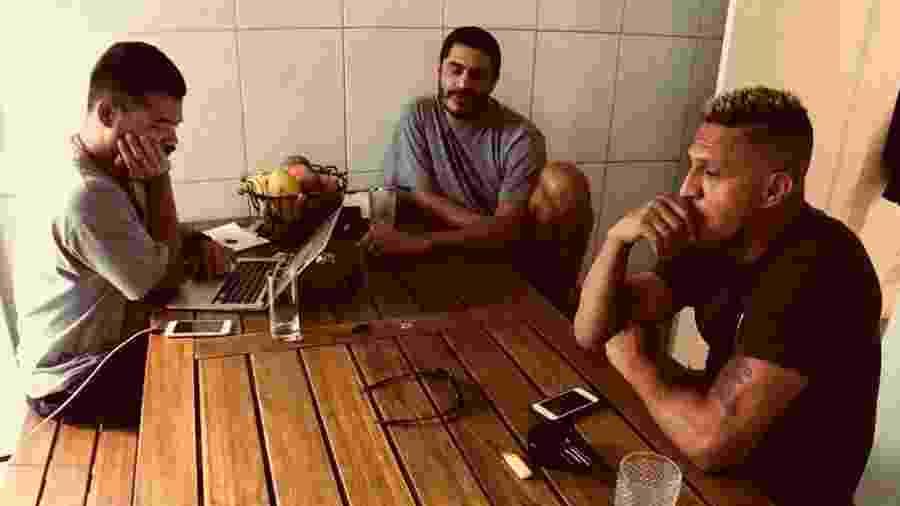O produtor Daniel Ganjaman e os rappers Criolo e Mano Brown em reunião na terça (14) - Biba Berjeaut