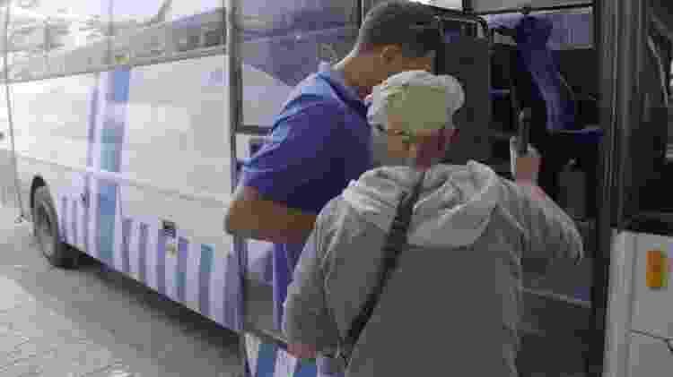 Giles pega ônibus para visitar o Muro das Lamentações, em Jerusalém - BBC - BBC