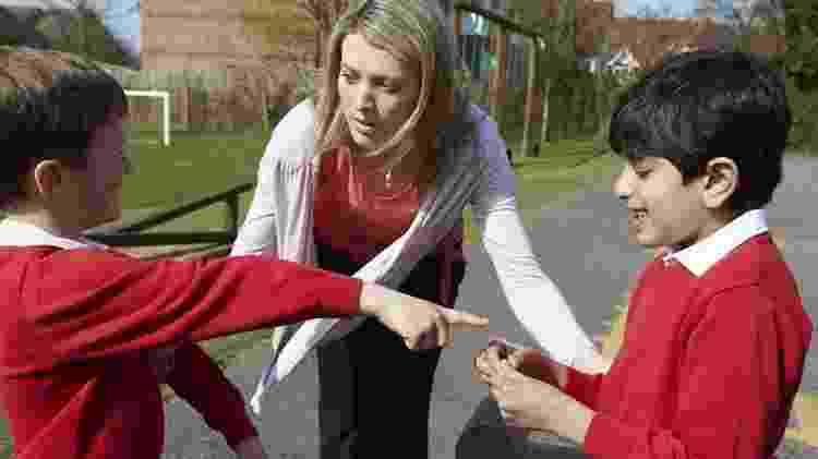 Professores podem ensinar as crianças a lidarem, entre si, com desavenças de menor potencial - Getty Images - Getty Images