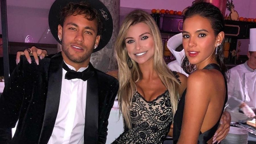 Neymar e Bruna Marquezine posam com a modelo Vitória Gimenez na festa de gala dos 26 anos do jogador - Reprodução/Instagram/vihgimenez