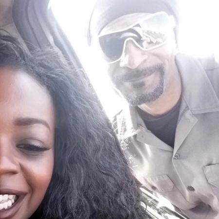 Snoop Doog tira selfie com mulher que ele ajudou a empurrar o carro - Reprodução/TMZ
