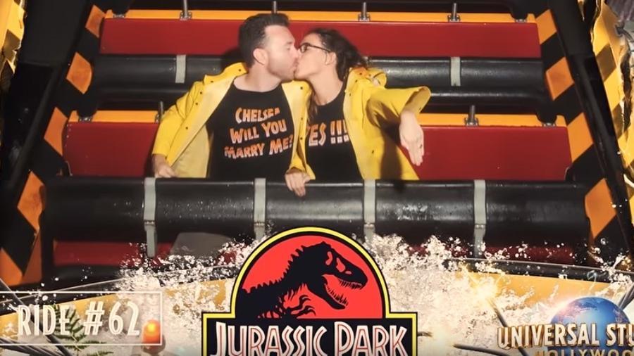 Casal fica noivo em montanha-russa - Reprodução/YouTube