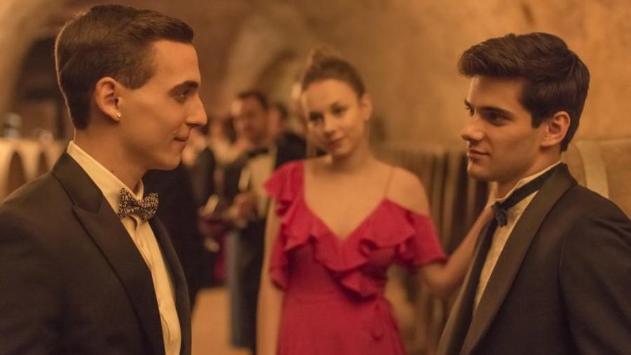 Na série Élite, da Netflix, Polo (à dir.) gosta de ver a namorada, Carla, transando com Christian (à esq.) - Reprodução/EliteNetflix