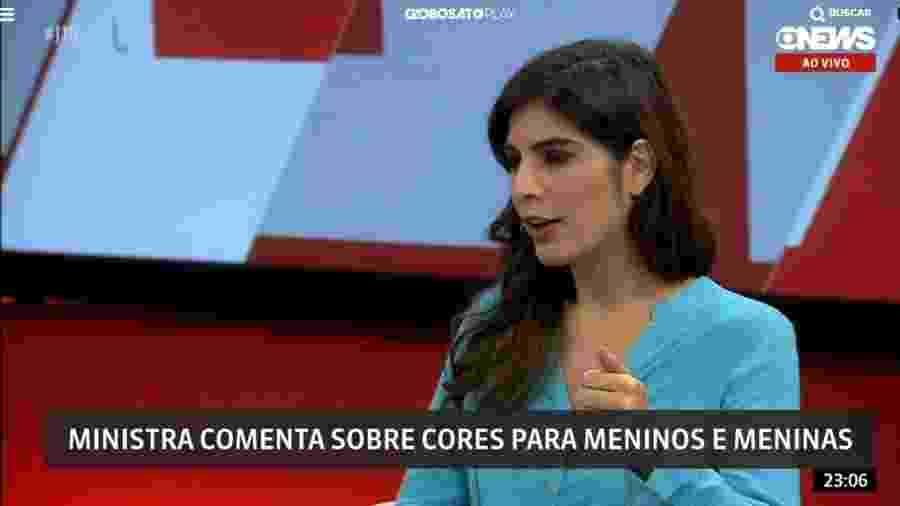 Andréia Sadi veste azul para entrevistar ministra Damares Alves - Reprodução/Globo News