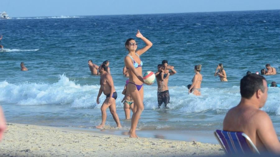 Sasha joga vôlei em praia do Rio - Webert Belicio / AgNews