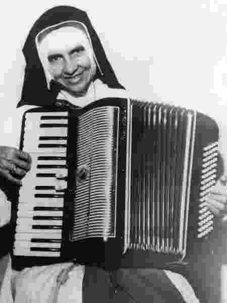 Irmã Dulce e seu acordeão - Divulgação/Arquivo OSID