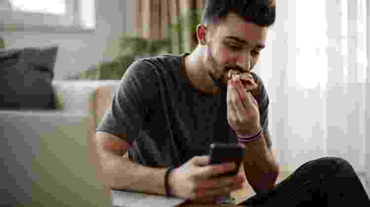 comer no celular - iStock - iStock