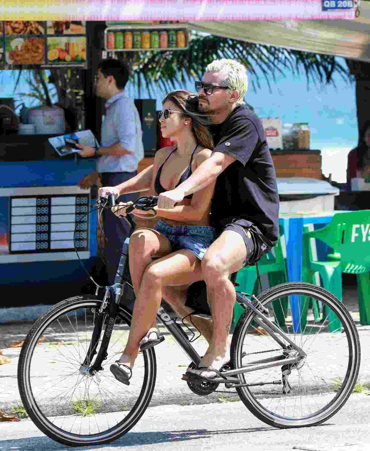 Thiago Martins e a namorada, Talita Nogueira, curtem tarde de sol na praia da Barra da Tijuca, no Rio de Janeiro - Dilson Silva/AgNews