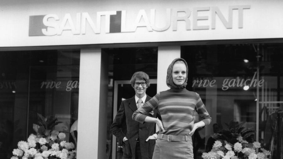 Saint Laurent em frente à sua recém-criada loja voltada para venda de peças prontas para vestir, em 1966  - Reg Lancaster/Getty Images