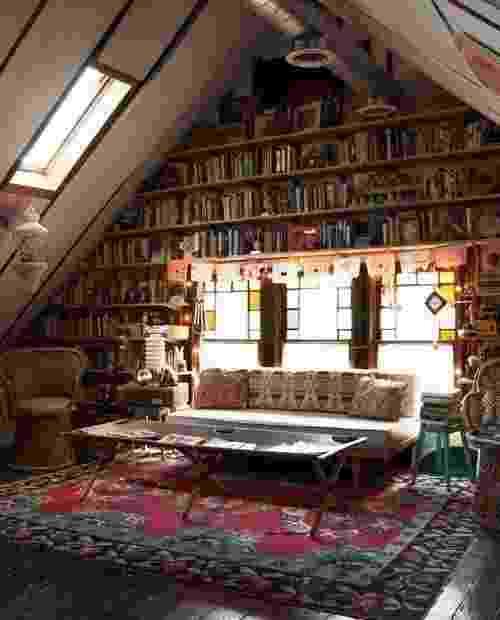O ambiente charmoso vira quase um cenário de filme com a parede cheia de estantes. É um clima perfeito para devorar um livro atrás do outro. - Reprodução Pinterest