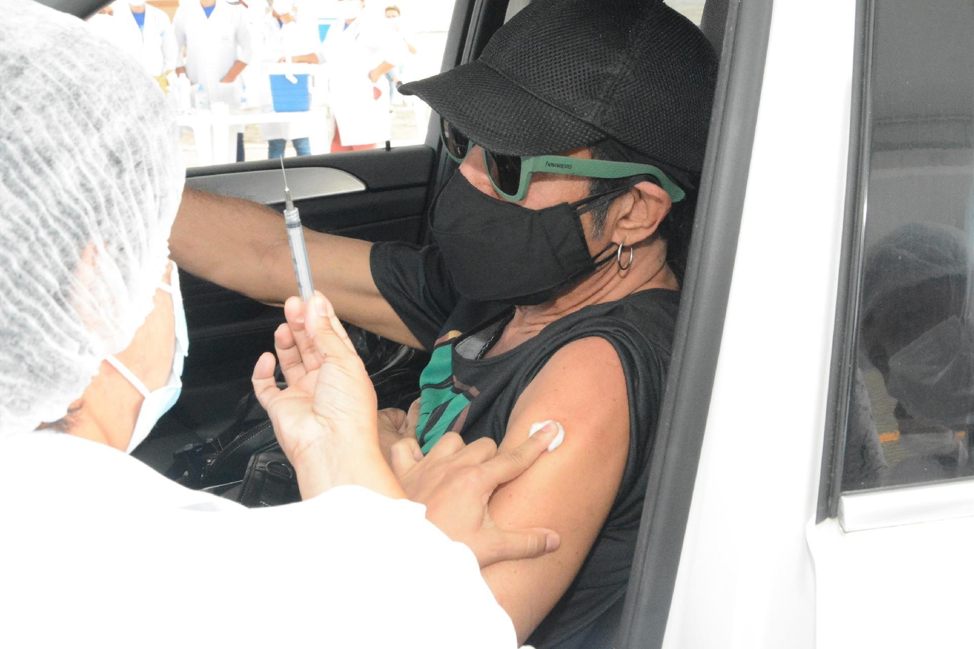 Elymar Santos é vacinado contra a covid-19 - Webert Belicio / AgNews