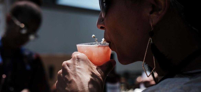 Segundo alguns bebedores, a solução da ressaca está em... beber mais - Spencer Platt/Getty Images