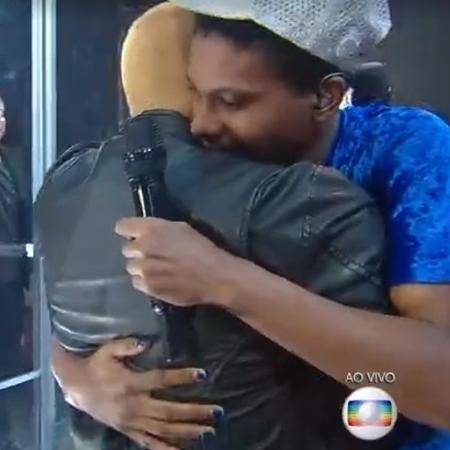 Projota e Lucas Penteado se abraçam na final - Reprodução/ Globoplay
