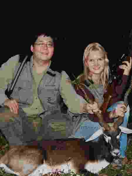 O casal tinha coleção de armas, que eram usadas em caças - Netflix/Divulgação - Netflix/Divulgação