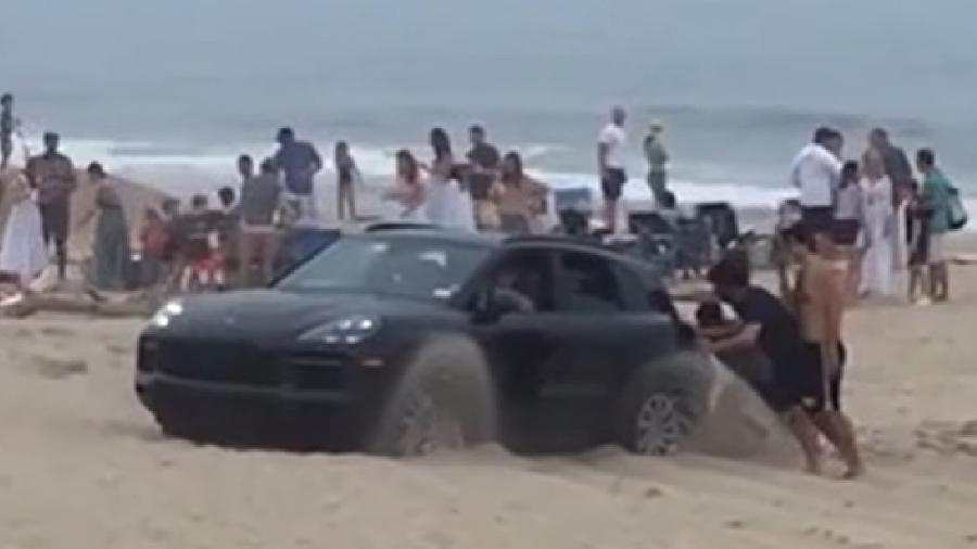Porsche Cayenne atola em praia - Reprodução