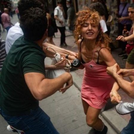 Durante a Parada do Orgulho Gay em Istambul este ano, a polícia turca disparou gás lacrimogêneo e prendeu dezenas de participantes - BBC