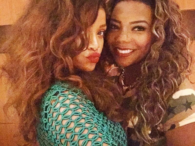 """27.set.2015 - Rihanna posa com Ludmilla após jantar com a cantora na churrascaria Fogo de Chão, no Rio de Janeiro. A funkeira postou uma foto com a artista nas suas redes sociais e disse ter adorado encontro. """"Você é f*** @badgalriri, uma das pessoas mais amorosas e legais que eu já conheci. Volta logo pro Brasil pra gente firmar o churras lá em casa hahaha"""", escreveu Ludmilla no Instagram"""