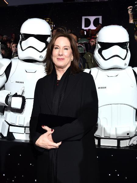 A produtora Kathleen Kennedy, presidente da Lucasfilm, posa com stormtroopers  - Alberto E. Rodriguez/Getty Images for Disney