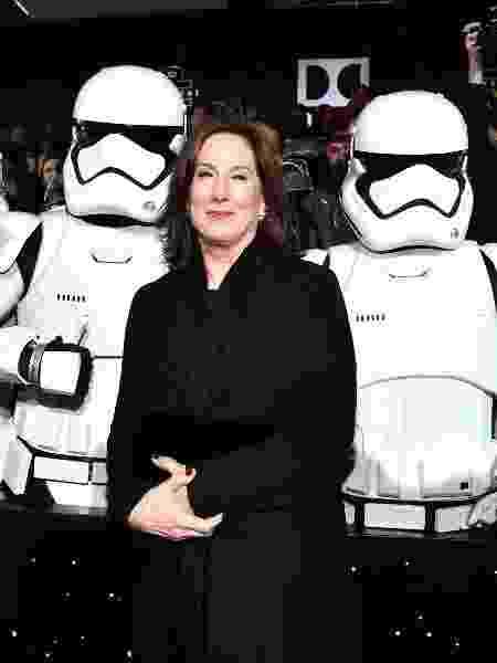 """Kathleen Kennedy, presidente da Lucasfilm, posa com stormtroopers na durante a pré-estreia mundial de """"Star Wars: O Despertar da Força"""" - Alberto E. Rodriguez/Getty Images for Disney"""