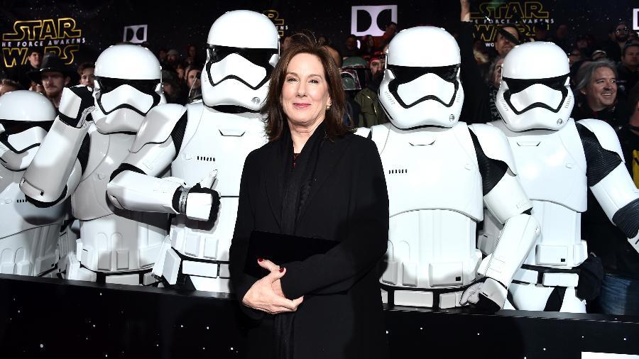 """14.dez.2015 - A produtora Kathleen Kennedy, presidente da Lucasfilm, posa com stormtroopers na durante a pré-estreia mundial de """"Star Wars: O Despertar da Força"""", em Hollywood - Alberto E. Rodriguez/Getty Images for Disney"""