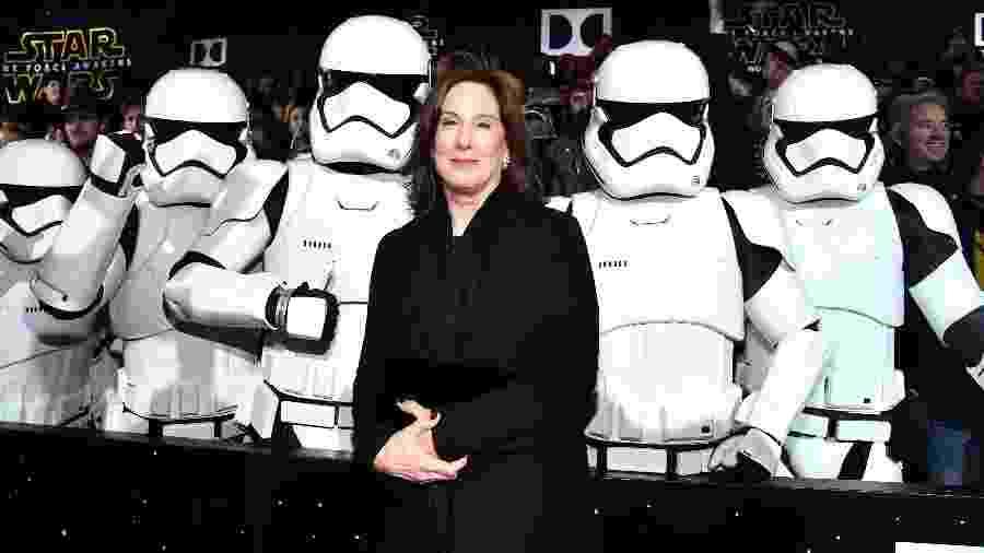 """A produtora Kathleen Kennedy, presidente da Lucasfilm, posa com stormtroopers na durante a pré-estreia mundial de """"Star Wars: O Despertar da Força"""", em Hollywood - Alberto E. Rodriguez/Getty Images for Disney"""