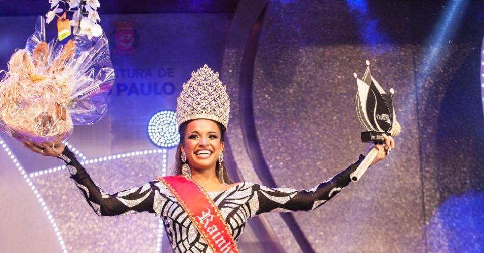 18.dez.2015 - Verônica Bolani, da Vai-Vai, comemora após ser eleita rainha do Carnaval paulistano de 2016