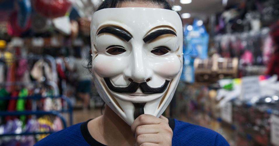 A máscara do Anonymous custa R$ 7 na loja Porto das Festas e Fantasias (Ladeira Porto Geral, 88 ? Centro/ SP)