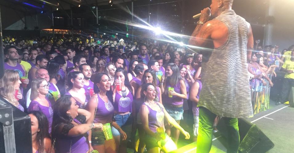 5.fev.2015 -  Público lota o camarote para acompanhar o show de Léo Santana no Carnaval de Salvador