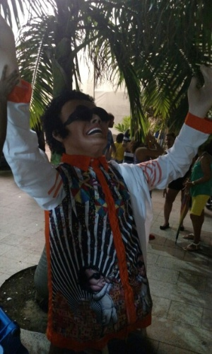 05.fev.2016 - Bonecão de Maestro Forró descansa no backstage do palco principal no Marco Zero durante a abertura do Carnaval de Recife
