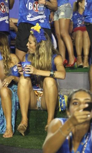 """8.fev.2016 - De shortinhos largo, Luana Piovani fica à vontade ao sentar em degrau de camarote na Sapucaí. A atriz falou sobre o ensaio para a """"Playboy"""", que sai em abril: """"É mais uma 'pepeca' na vida de todo mundo. As pepecas são todas iguais"""""""