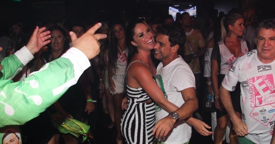 13.fev.2016 - Após desfilar na Imperatriz, Zezé di Camargo se empolga e se joga na pista de dança de seu camarote com a namorada, Graciele Lacerda